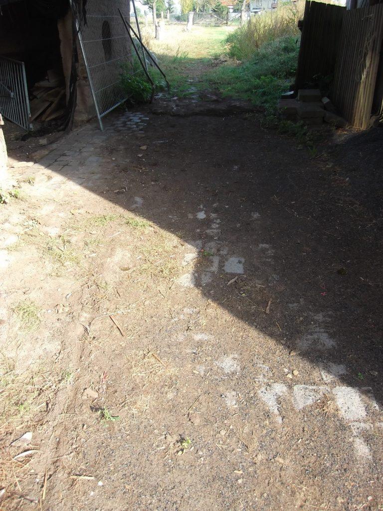 Die Durchfahrt zwischen Stall und Scheune um 10:26 Uhr